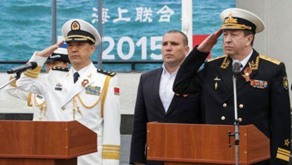 Замкомандующего ВМС армии Китая вице-адмирал Ду Цзинчэнь и вице-адмирал, командующий Черноморским флотом Александр Федотенков перед началом российско-китайских военных учений Морское взаимодействие-2015 - Sputnik Italia