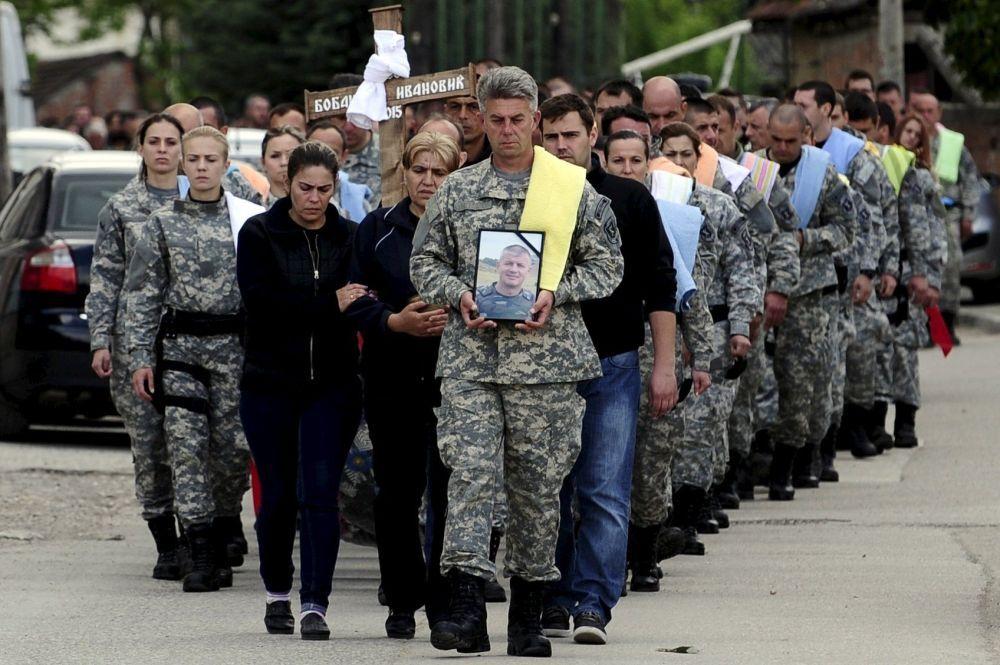I funerali di un poliziotto morto a Kumanovo.