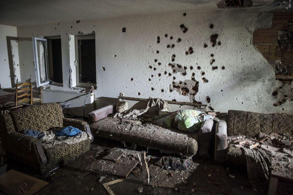 Tracce dei colpi di arma da fuoco sul muro di una casa a Kumanovo.