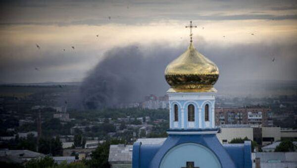 Incendio durante un bombardamento di Lugansk. - Sputnik Italia