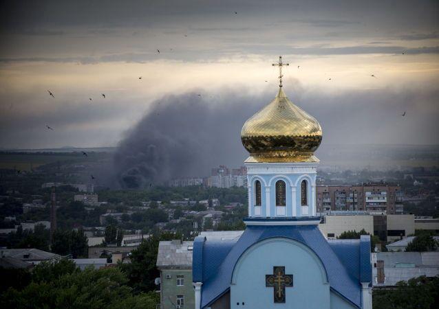Incendio durante un bombardamento di Lugansk.
