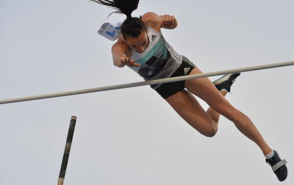 Il salto a 4 metri e 90 centimetri con cui Elena Isinbayeva ha vinto i Campionati russi 2016 - Sputnik Italia