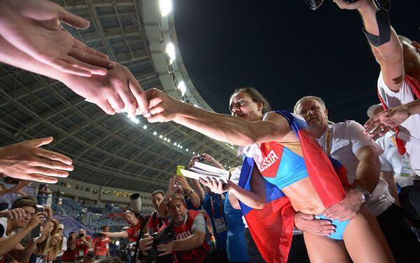 Elena Isinbayeva festeggia con il pubblico la vittoria ai mondiali di Mosca del 2013 - Sputnik Italia