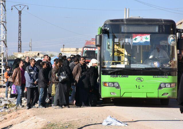 Civili evacuati da Aleppo dalle forze governative siriane