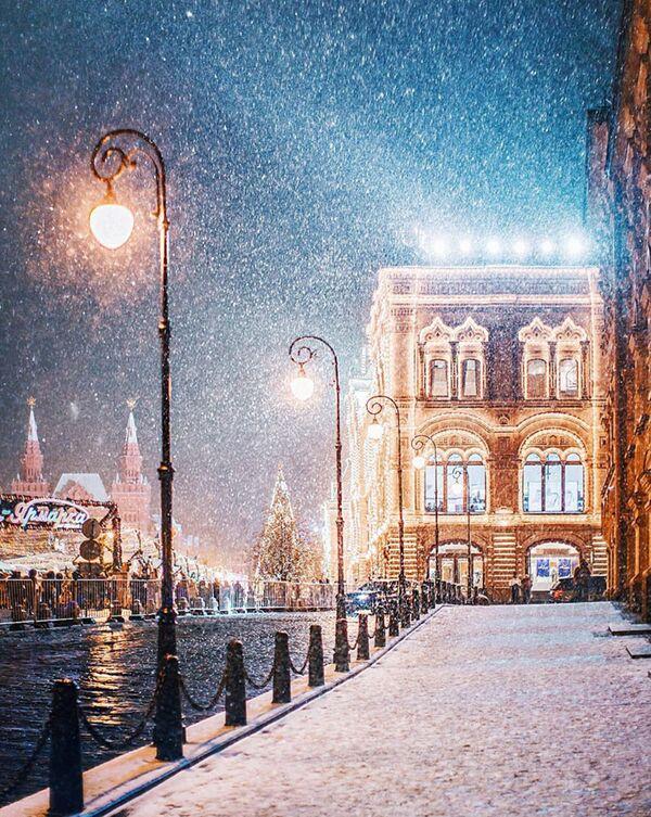 Il GUM, imponente palazzo nel centro di Mosca che occupa tutto il lato della Piazza Rossa di fronte al Cremlino. - Sputnik Italia