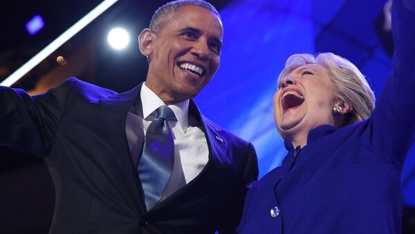 US President Barack Obama (L) hugs US Presidential nominee Hillary Clinton during the third night of the Democratic National Convention at the Wells Fargo Center in Philadelphia, Pennsylvania, July 27, 2016 - Sputnik Italia