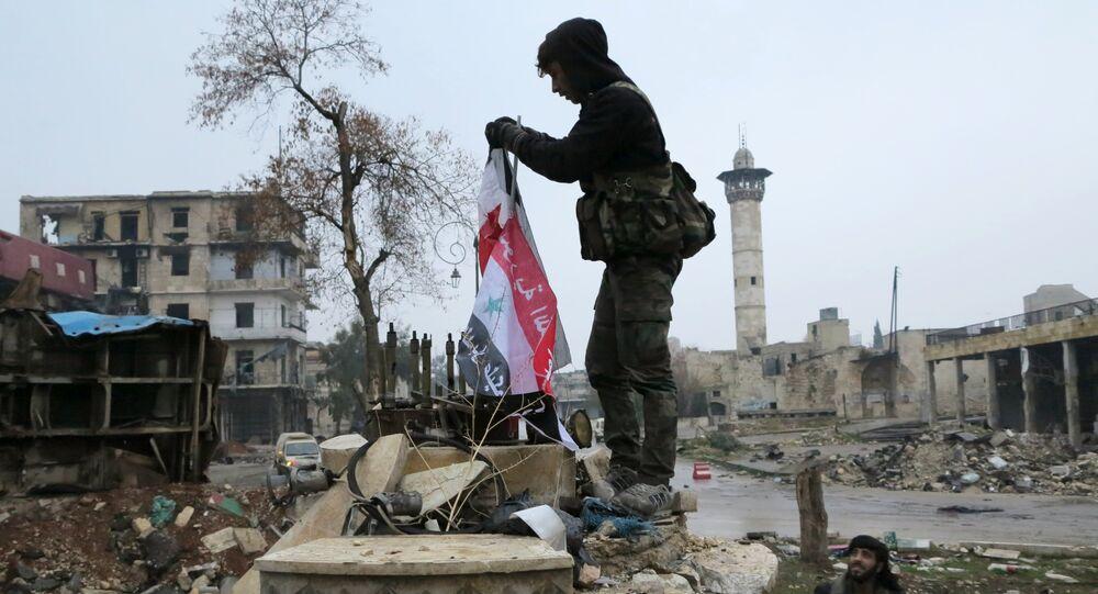 Militare in un distretto liberato di Aleppo est