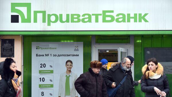 Клиенты около входа в офис Приватбанка в Киеве - Sputnik Italia
