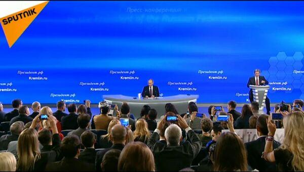 Vladimir Putin alla conferenza stampa annuale - Sputnik Italia