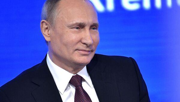 Президент РФ Владимир Путин на двенадцатой большой ежегодной пресс-конференции - Sputnik Italia