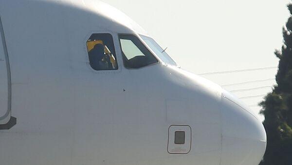Головная часть угнанного ливийского авиалайнера Airbus A320 компании Afriqiyah Airways на взлетно-посадочной полосе в аэропорту Мальты - Sputnik Italia