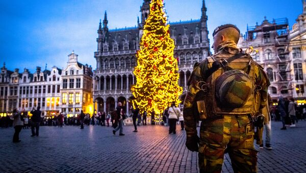 A serviceman patrols on the Grand-Place (Groote Markt) on the sidelines of the winter wonders Christmas market, in Brussels - Sputnik Italia