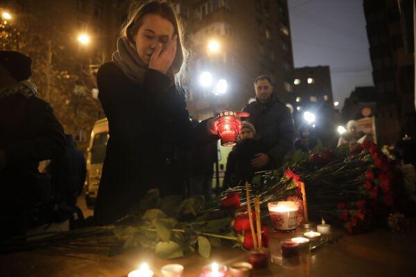 Gente depone fiori alla sede del Complesso Accademico di Canto e Ballo dell'Esercito Russo A.V.Aleksandrov a Mosca. - Sputnik Italia