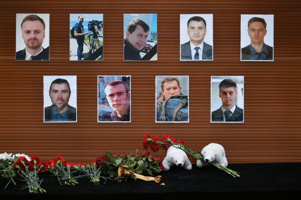Fiori deposti al centro televisivo russo Ostankino alle foto dei giornalisti che hanno perso la vita nel disastro aereo del Tu-154 precipitato nel Mar Nero.