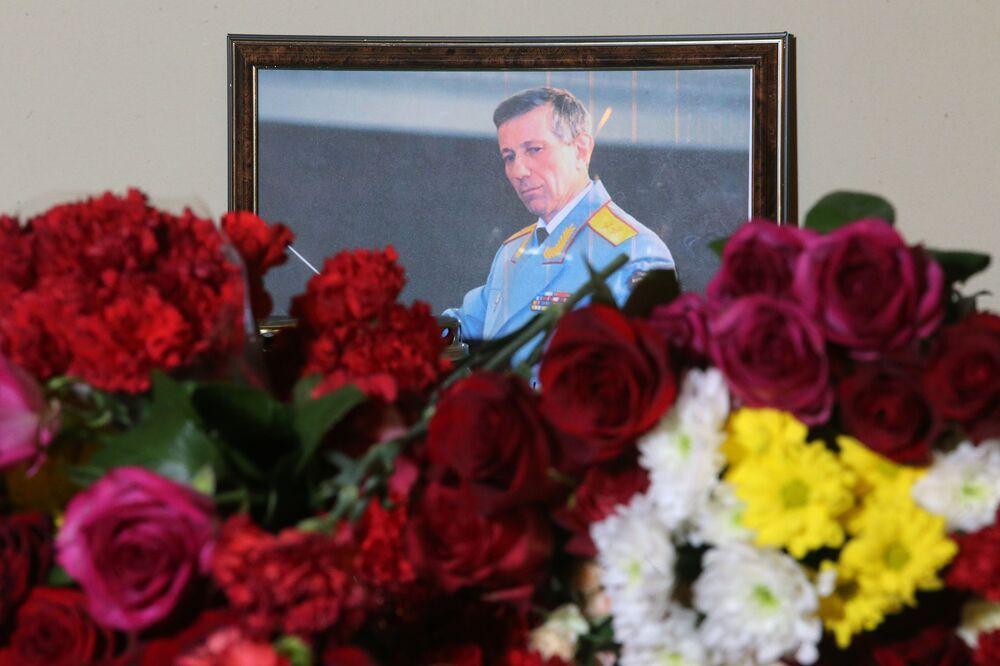 La foto del direttore d'orchestra Valery Khalilov, che è stato tra le vittime del disastro aereo del Tu-154, alla sede del Complesso Accademico di Canto e Ballo dell'Esercito Russo A.V.Aleksandrov a Mosca.