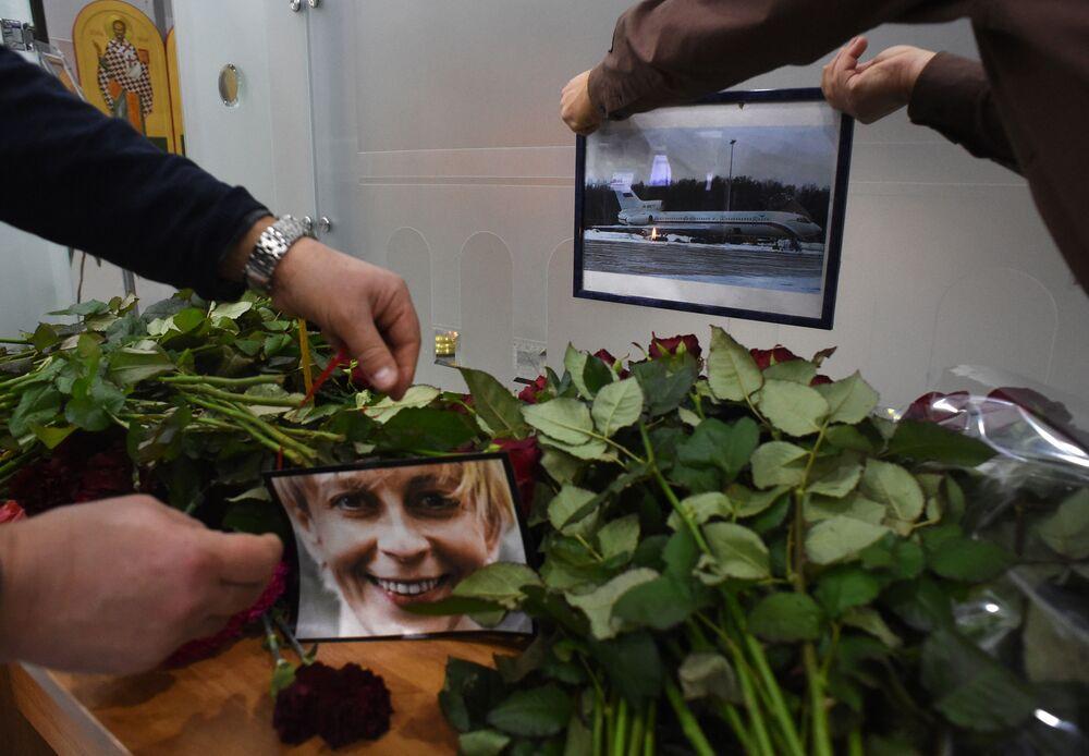 Il ritratto di Elizaveta Glinka, conosciuta in Russia come Dottoressa Liza, fondatrice di Aiuto Giusto e la foto del Tu-154 all'aeroporto di Sochi.