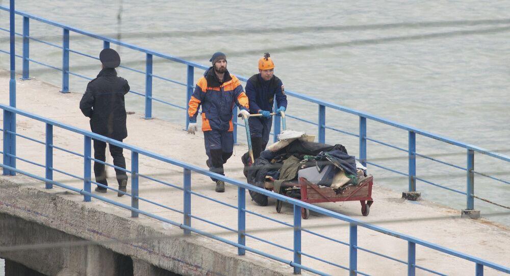 Soccorritori con i resti dell'aereo Tu-154 a Sochi