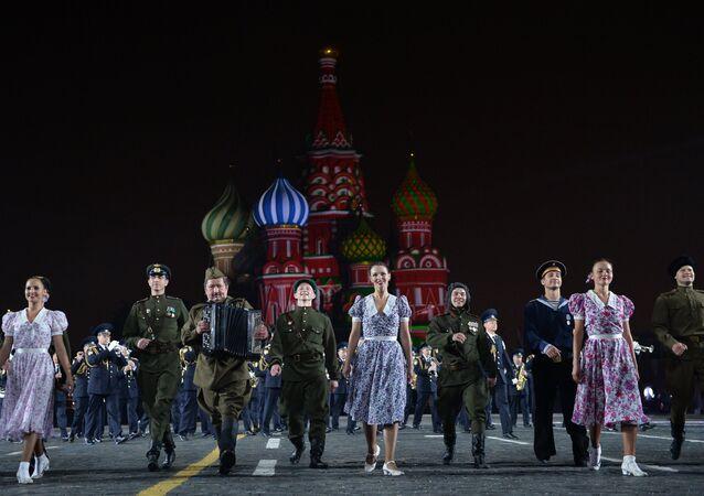 Il coro dell'Armata Rossa durante un'esibizione sulla Piazza Rossa