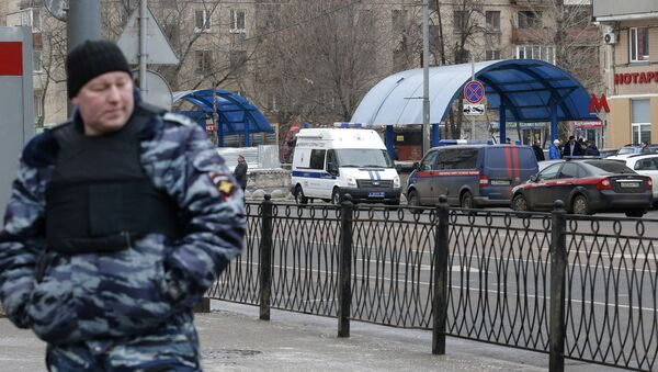 A Russian police officer stands at the site where a woman suspected of murdering a young child was detained, near Oktyabrskoye Pole metro station in Moscow, Russia, February 29, 2016. - Sputnik Italia