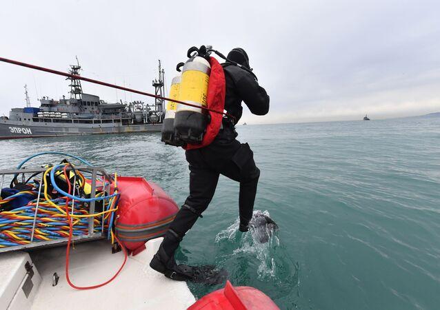 Le squadre speciali del Ministero delle Emergenze russo hanno iniziato le operazioni di recupero dei resti del TU-154 precipitato nel Mar Nero il 25 dicembre.