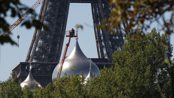 Men work on one of the five domes of the under construction Russian Orthodox Cathedral Sainte-Trinite at the Quai Branly, near the Eiffel Tower, on August 24, 2016 in Paris - Sputnik Italia