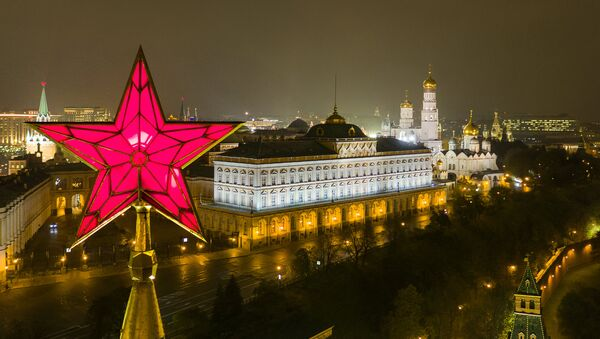 The star atop the Vodovzvodnaya Tower of the Moscow Kremlin. Right: the Grand Kremlin Palace, and the Church of St. John Climacus the Ivan the Great Bell Tower - Sputnik Italia