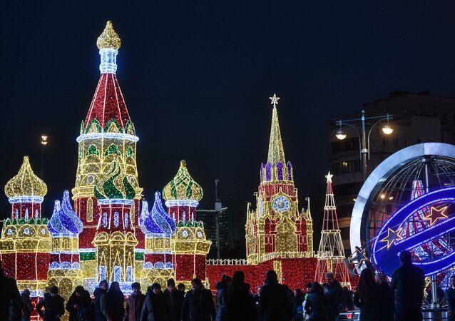 Una luminaria natalizia del centro commerciale Europa di Mosca