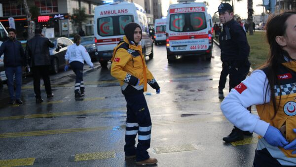 Medics arrive at the scene after an explosion outside a courthouse in Izmir, Turkey, January 5, 2017 - Sputnik Italia