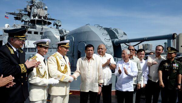 Rodrigo Duterte a bordo della nave militare russa a Manila - Sputnik Italia