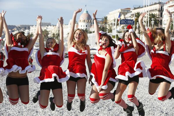Le giovani ragazze vestite da Babbo Natale a Nizza. - Sputnik Italia