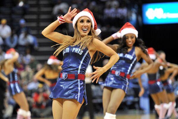 Le cheerleader dei Memphis Grizzlies, una squadra di pallacanestro, nei costumi di Babbo Natale. - Sputnik Italia