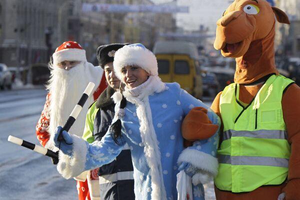 I poliziotti bielorussi vestiti da costumi favolosi a Minsk, Bielorussia. - Sputnik Italia