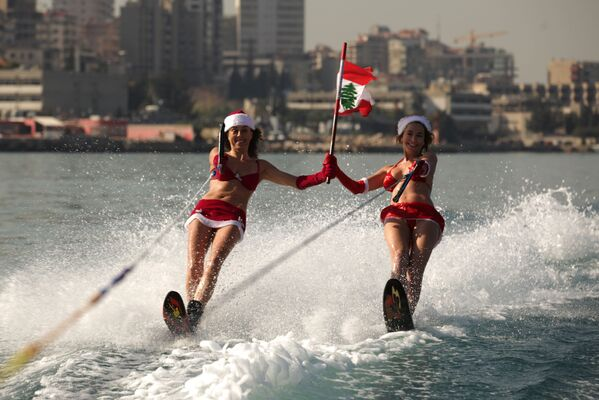 Due donne libanesi vestite da Babbo Natale. - Sputnik Italia