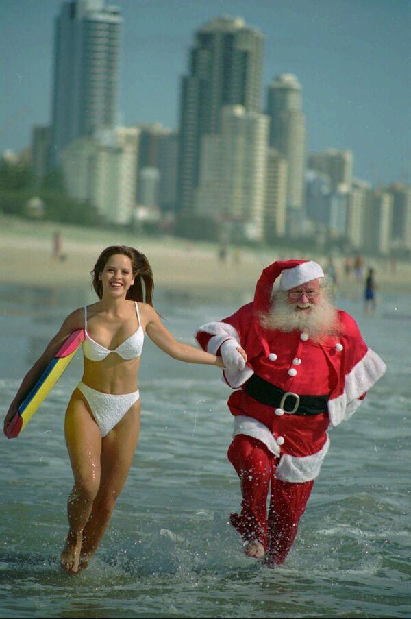 Una ragazza australiana e Babbo Natale a Queensland. - Sputnik Italia