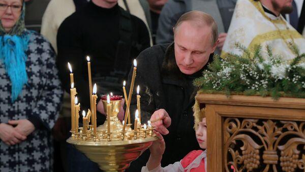 Presidente russo Vladimir Putin durante la messa di Natale nella regione di Novgorod. - Sputnik Italia