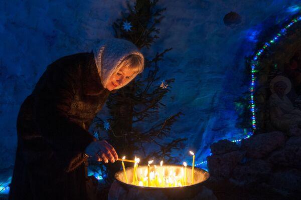 Una donna durante la messa di Natale nella città russa di Tomsk. - Sputnik Italia