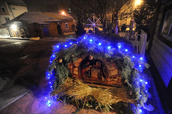 Il presepe di Natale vicino a una chiesa nella città russa di Čita. - Sputnik Italia