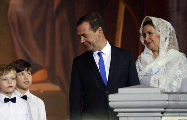 Il primo ministro russo Dmitry Medvedev con la sua coniuge Svetlana alla messa di Natale nella Cattedrale di Cristo Salvatore a Mosca. - Sputnik Italia