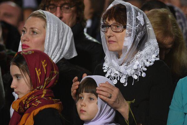 Cristiani ortodossi durante la messa di Natale nella Cattedrale di Cristo Salvatore a Mosca. - Sputnik Italia
