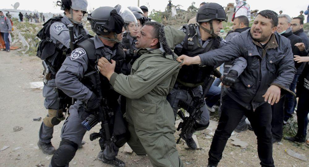 La rissa di manifestanti palestinesi con la polizia izraeliana