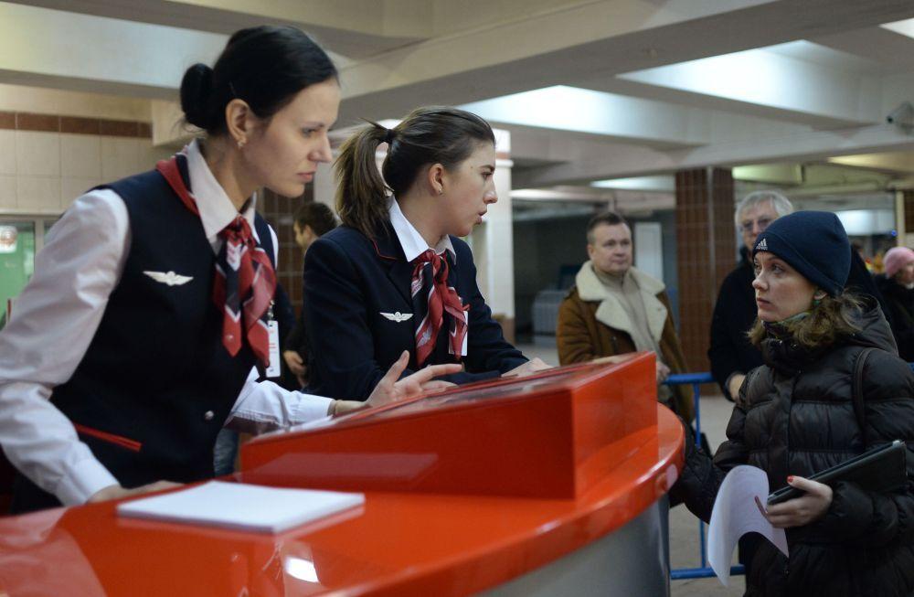 Punto informativo per i passeggeri alla stazione Komsomolskaya.