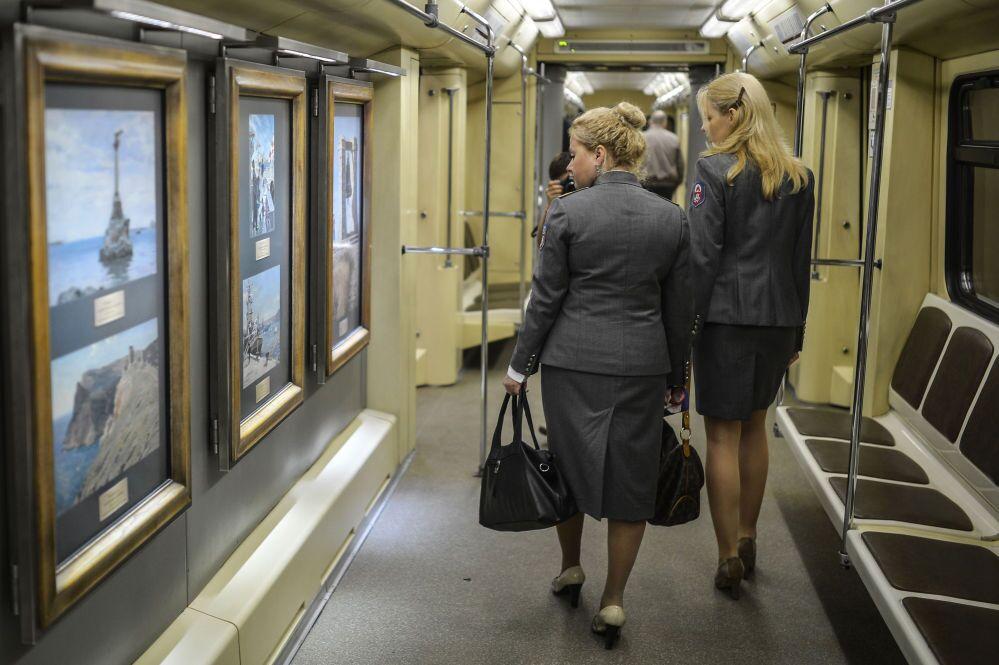 Arte sui vagoni della metro di Mosca.