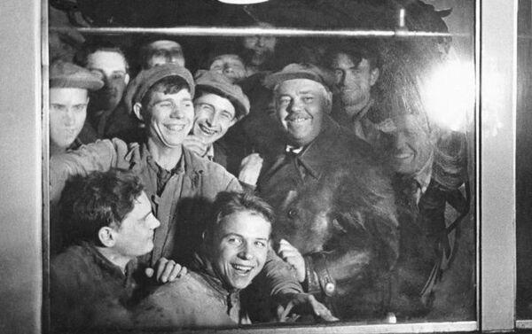 Operai nel primo vagone della metropolitana di Mosca nel 1935. - Sputnik Italia