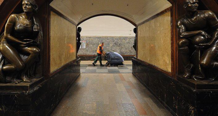 Lavori notturni di pulizia nella stazione Ploschad Revolyutsii nella metropolitana di Mosca.