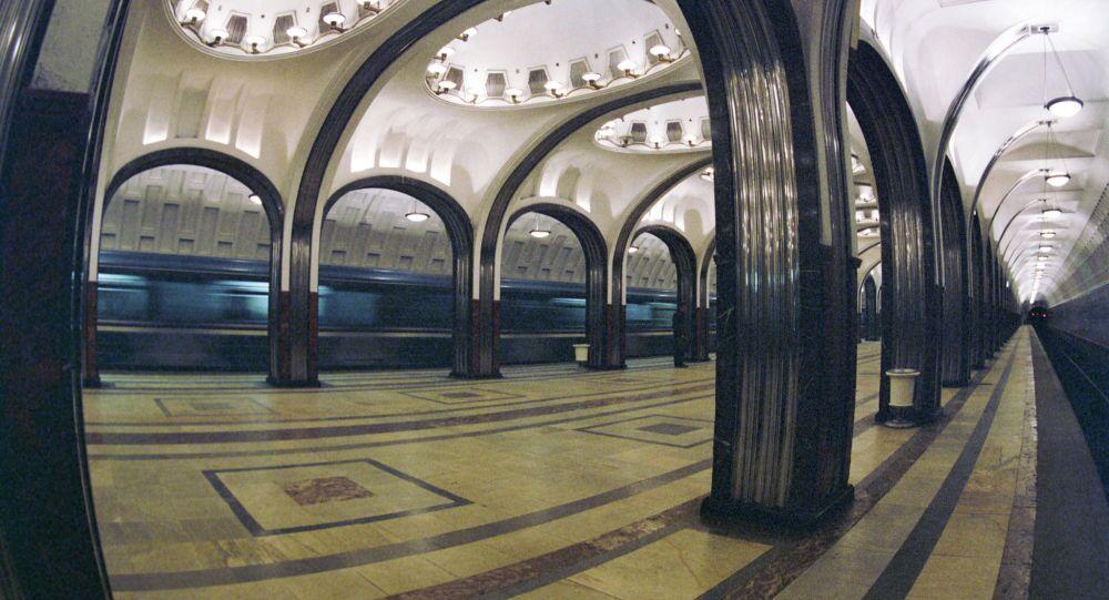 Gli interni della stazione Mayakovskaya.