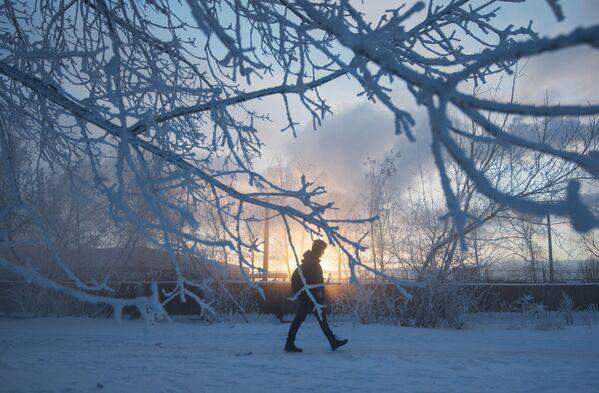 Un abitante di Mosca in una delle vie della città. - Sputnik Italia