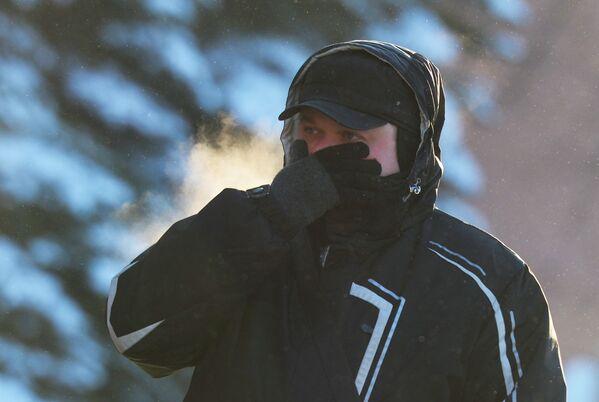 Un uomo a Mosca in una giornata fredda. - 27°C - Sputnik Italia