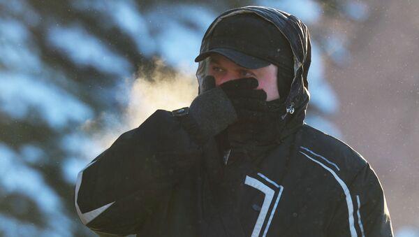 Мужчина на улице Москвы в морозный день - Sputnik Italia