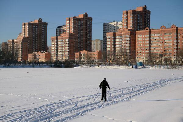 Uno sciatore su uno stagno del giardino pubblico dell'Accademia di agricoltura Timiryazev a Mosca. - Sputnik Italia
