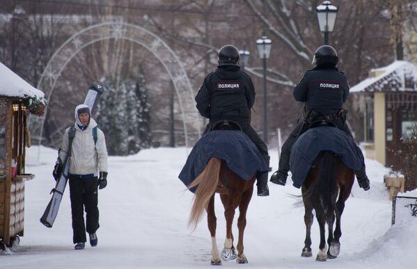 Polizia a cavallo nel parco di Kolomenskoe a Mosca. - 24°C - Sputnik Italia